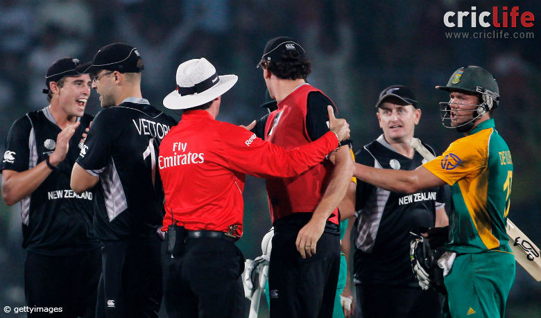 Umpire intervenes in the Kyle Mills and Faf du Plessis altercation