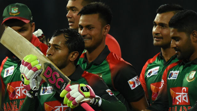 Mushfiqur Rahim kissing his bat after Bangladesh's win © AFP