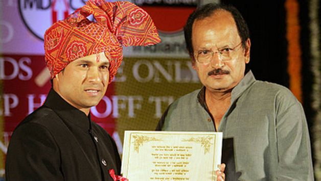 Sachin Tendulkar (L) is presented with a citation by former cricket captain Ajit Wadekar at a ceremony held in his honour by the Marathi Journalists Association in Mumbai , 23 March 2006