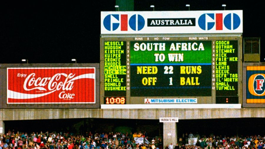 The scoreboard at the SCG displays the absurdity of the rain rule.