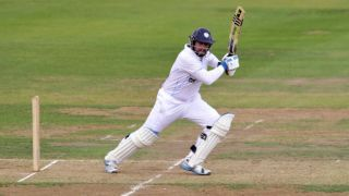 Derbyshire hammer bowling attack; end Day 1 at 326/5